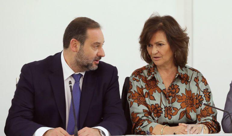 El secretario de Organización, José Luis Ábalos (i), y la secretaria del Área de Igualdad, Carmen Calvo (d).
