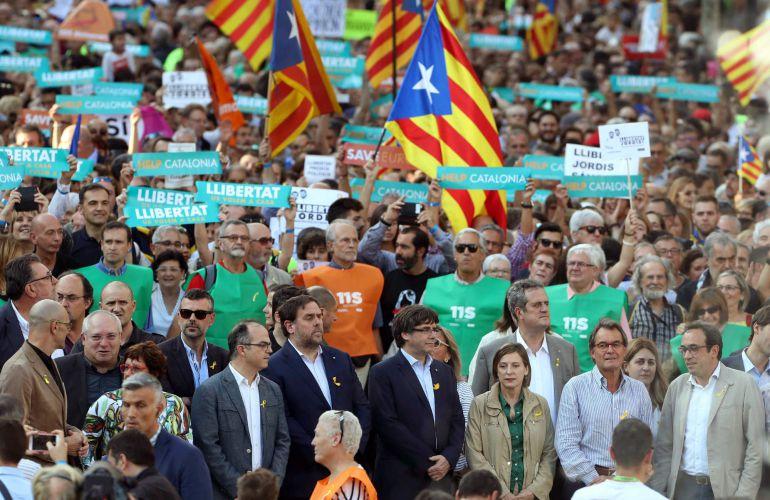 El presidente de la Generalitat, Carles Puigdemont, en la manifestación convocada por la Mesa por la Democracia