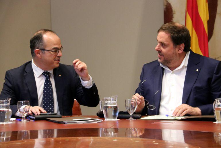 El conseller de la Presidència, Jordi Turull, conversa con el conseller económico y vicepresidente del Govern, Oriol Junqueras