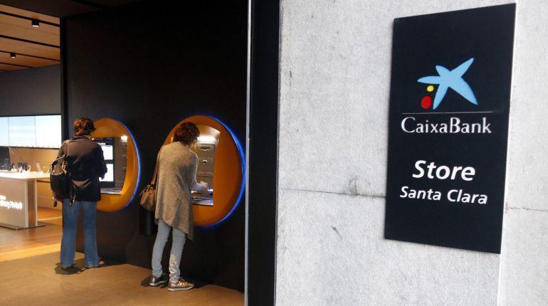 Sucursal de CaixaBank en la calle Santa Clara de Girona.