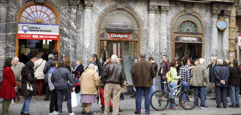 Largas colas en la administración de loteria Azcarreta, situada en el arenal bilbaino, para comprar loteria para el tradicicional sortero navideño en 2016.