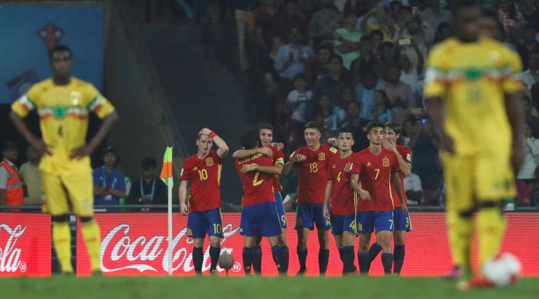 Los jugadores españoles celebran un tanto en la semifinal ante Mali.