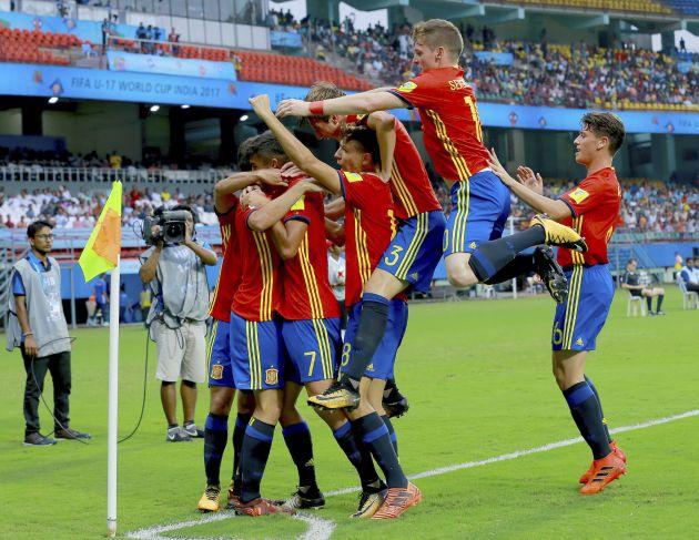 Los jugadores de la selección española sub 17 celebran el gol de Sergio Gómez