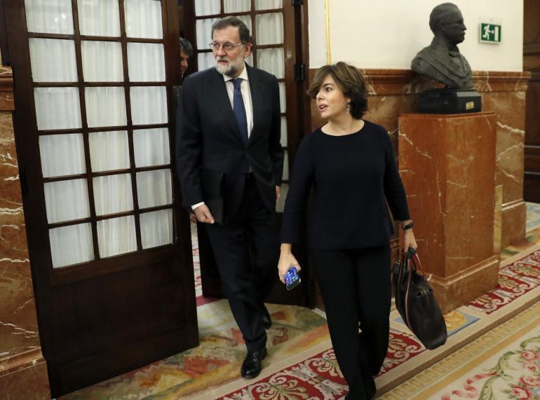 El presidente del Gobierno, Mariano Rajoy,iz., y la vicepresidenta, Soraya Saénz de Santamaría, abandonan el hemiciclo del Congreso