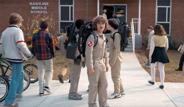 Los chicos que Hawkins se disfrazan de los 'Cazafantasmas' en su segunda temporada.