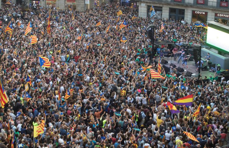 Unas 6.000 personas, según la Guardia Urbana, se han concentrado esta tarde espontáneamente en la plaza de Sant Jaume de Barcelona.