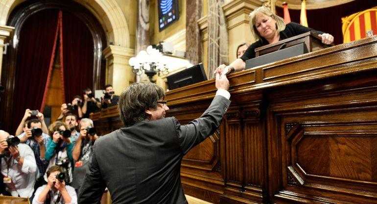 El presidente de la Generalitat, Carles Puigdemont, al votar en el Parlament