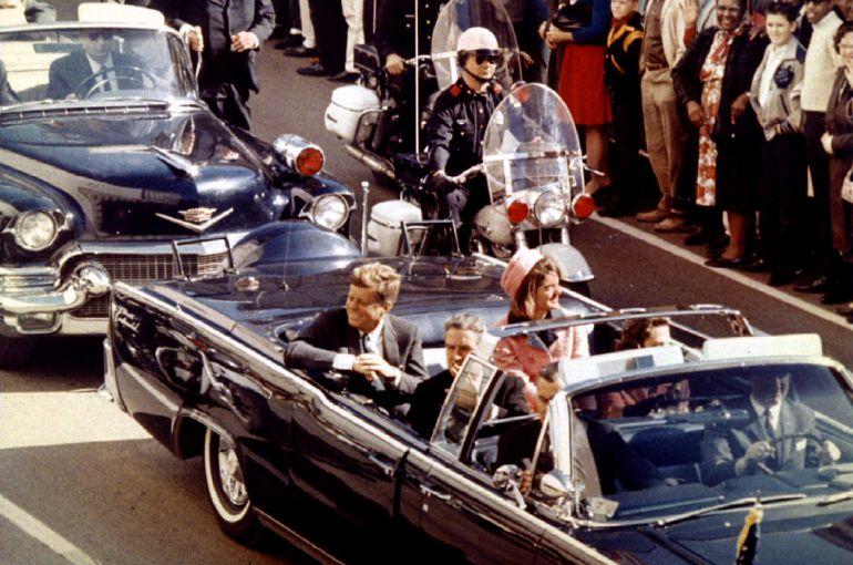 John F. Kennedy y Jaqueline Kennedy, en los momentos previos al asesinato de JFK, en Dallas (Texas).