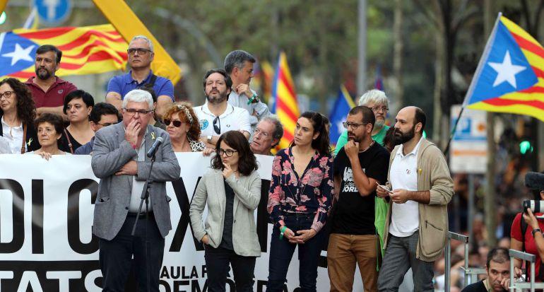 El vicepresidente de la ANC, Agustí Alcoberro (i), y el portavoz de Òmnium Cultural, Marcel Mauri (d), junto a las esposas de Jordi Sànchez y Jordi Cuixart, durante la manifestación convocada por la Mesa por la Democracia para pedir la libertad de éstos