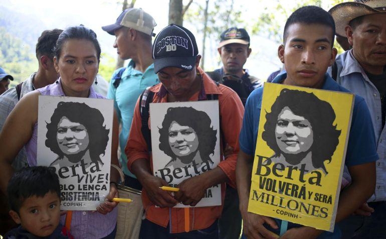 Indígenas Lenca sostienen carteles de su máxima líder indígena y ambientalista, Berta Cáceres, quien fue asesinada el 3 de marzo de 2016.