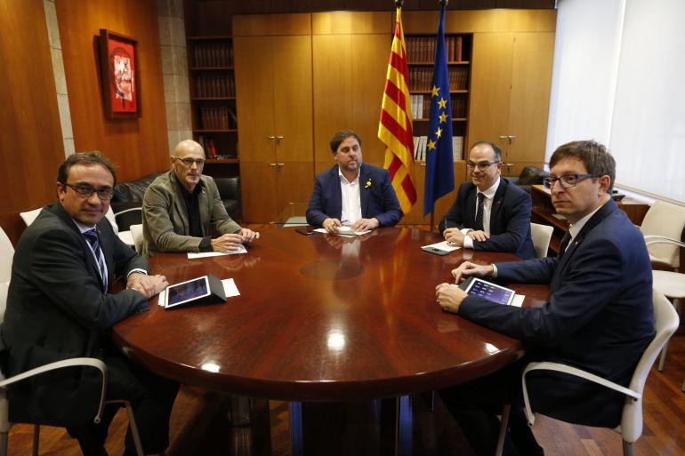Los exconsellers del Govern Josep Rull (i), Raül Romeva (2i), Carles Mundó (d), y Jordi Turull (d), ignoraron sus ceses y celebraron el martes en el Parlament una reunión informal, presidida por Oriol Junqueras.