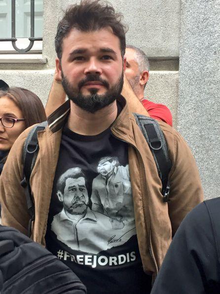 Rufián ha acudido a las puertas del Supremo vistiendo una camiseta que pide la libertad para 'los Jordis'.