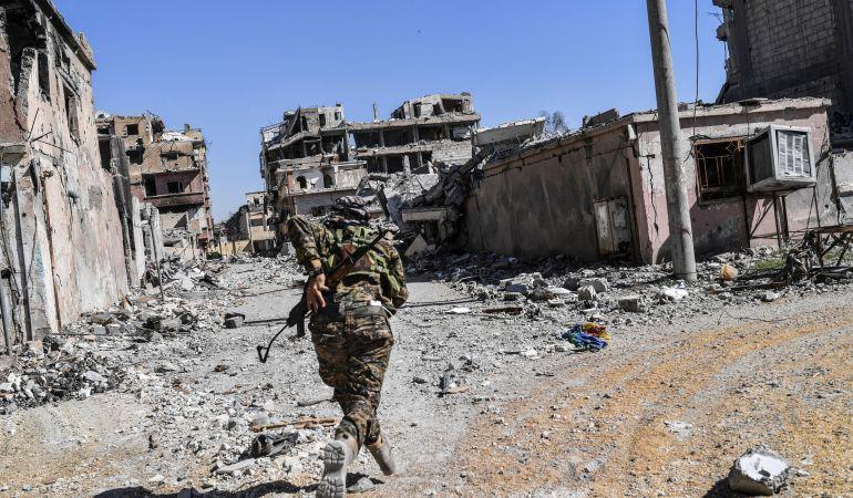 Un soldado de las Fuerzas de Siria Democráticas el pasado 17 de octubre durante la liberación de Al Raqa.