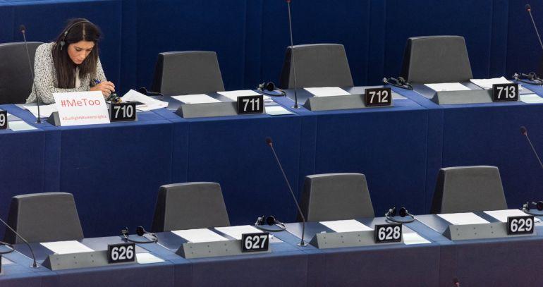 """La miembro del Parlamento Europeo Pina Picierno, del grupo Alianza Progresista de Socialistas y Demócratas, permanece sentada junto a un cartel con la etiqueta """"#Me too"""" (en español: Yo también), durante un debate para discutir sobre medidas contra las agresiones sexuales y los abusos en la Unión Europea el 25 de octubre de 2017"""