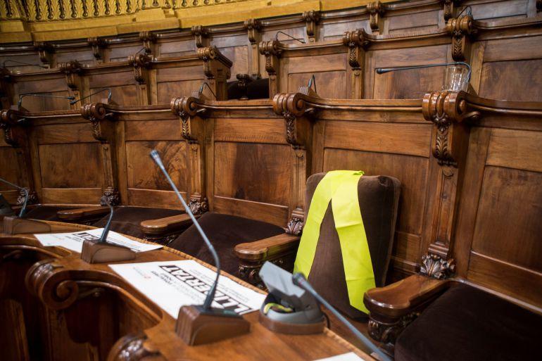 Un gran lazo amarillo ha ocupado el escaño en el que hasta el verano pasado se sentaba como concejal Joaquim Forn, ahora exconseller de Interior y encarcelado desde ayer