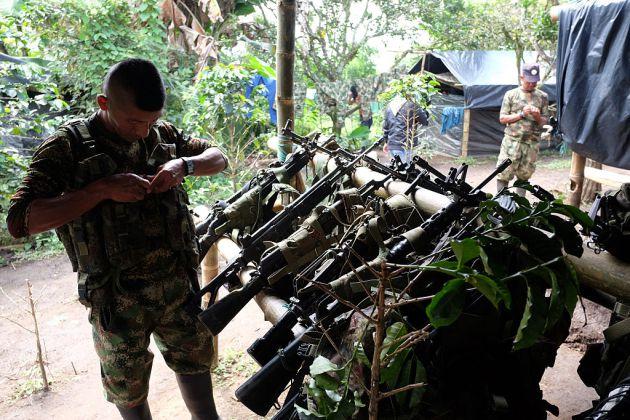 Soldados del Frente 6 de las FARC preparan sus armas para entregárselas al Gobierno colombiano.