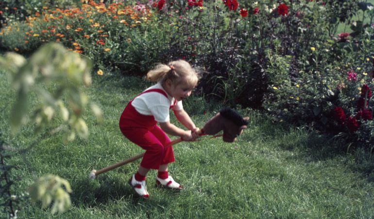 Correr con un caballito de juguete se ha convertido en un deporte muy popular en los países nórdicos.