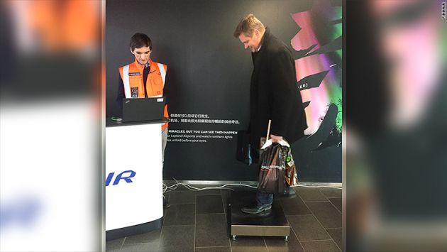 Un pasajero se pesa en el aeropuerto de Helsinki.