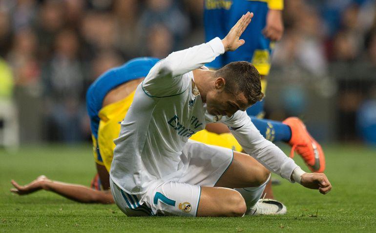 Cristiano golpea enfadado el césped con la mano