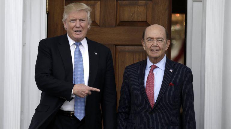El Secretario de Comercio de EEUU, Wilbur Rossy , junto a Donald Trump.