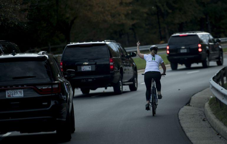 Juli Briksman haciendo una peineta a Donald Trump