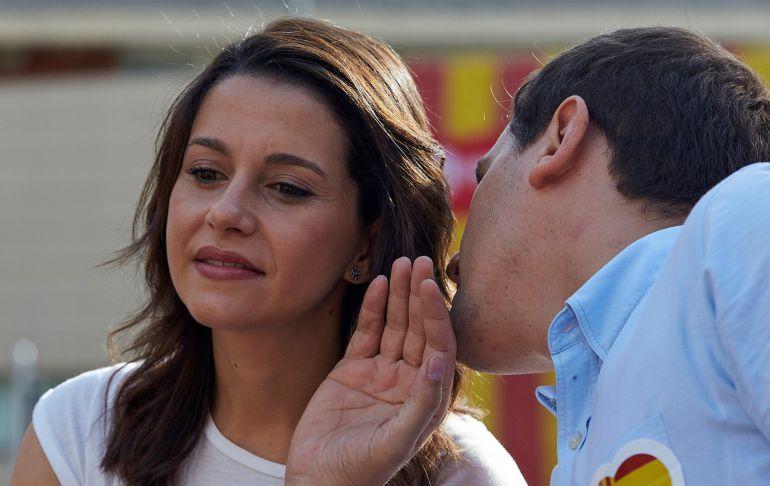 El presidente de Ciudadanos, Albert Rivera, conversa con la líder de la oposición en Cataluña, Inés Arrimadas, durante un acto político que la formación naranja.