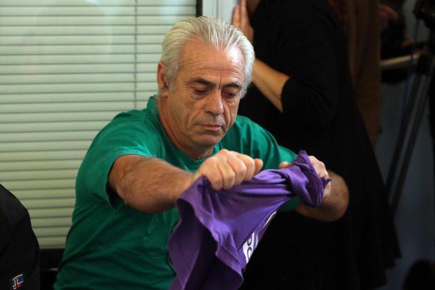 Armando Manzanaro, un militante de Podem, rompe su camiseta morada de la formación durante la rueda de prensa en la que el secretario general de Podem Catalunya, Albano-Dante Fachin, ha anunciado que dimite de su cargo y que deja de militar en la organización política debido a sus desacuerdos con la dirección estatal.