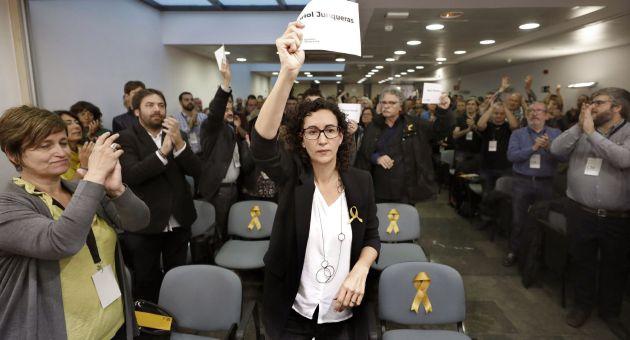La secretaria general de ERC, Marta Rovira, muestra un cartel con el nombre de Oriol Junqueras