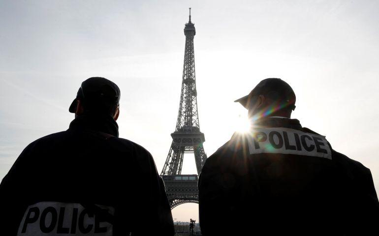 Policías vigilan la Torre Eiffel el pasado 1 de noviembre.