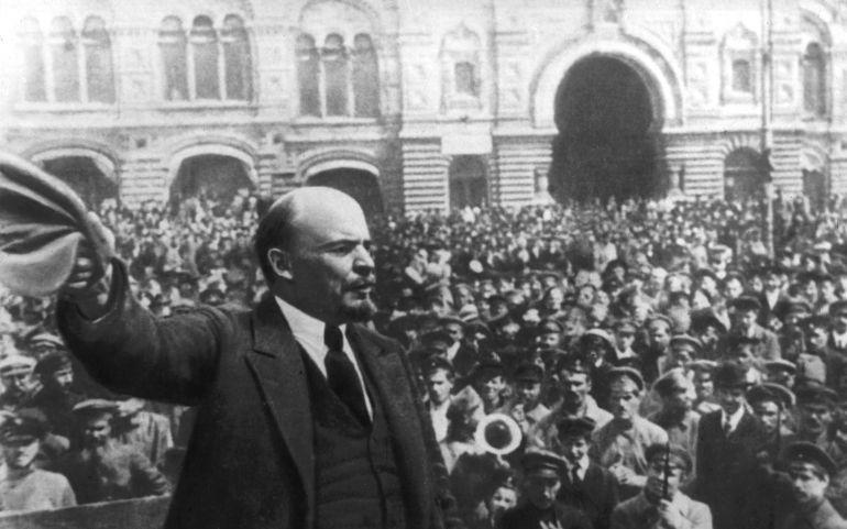 Lenin arengando a las masas en la Plaza Roja de Moscú tras asaltar el Palacio de Invierno, en octubre o noviembre (dependiendo del calendario) de 1917