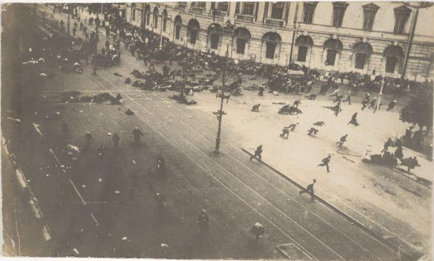 La policía carga contra los manifestantes en las calles de Moscú en julio de 1917