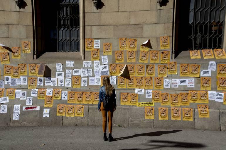 Pegada de carteles en las calles de Barcelona en apoyo a Carles Puigdemont y el resto del Govern cesado.