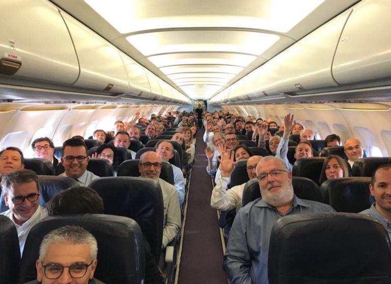 Los alcaldes, en la cabina del vuelo a Bruselas.