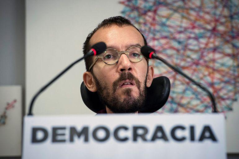El secretario de Organización de Podemos , Pablo Echenique, durante la rueda de prensa que ofreció tras la reunión de Consejo de Coordinación de Podemos