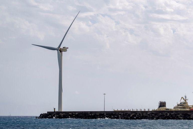 La empresa Gamesa tiene instalado en pruebas en el muelle grancanario de Arinaga, un aerogenerador marino.La energía eólica marina tiene un potencial enorme en Canarias: las islas podrían cubrir 22 veces su consumo eléctrico solo con ese tipo de aerogeneradores, usando el 12% de sus aguas territoriales y con un coste un 23 % más barato.