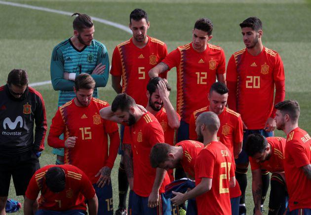 Los jugadores de España se preparan para la foto oficial.