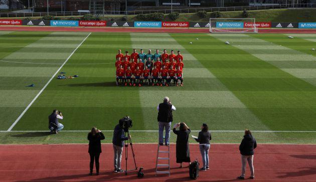 Así han posado los jugadores de España para la foto oficial con la nueva camiseta.