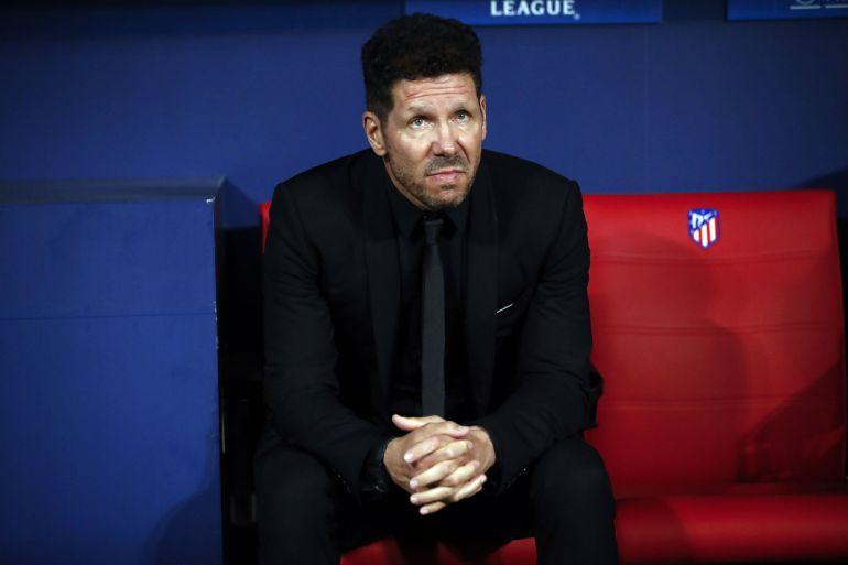 El entrenador del Atlético de Madrid, Diego Simeone, sigue desde el banquillo el partido ante el Qarabag, de la fase de grupos de la Liga de Campeones, que se disputó en el estadio Wanda Metropolitano.