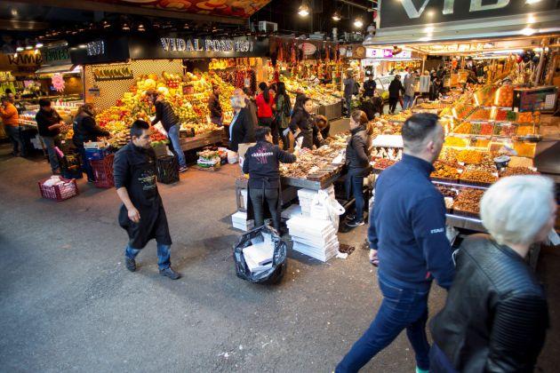 Vista del Mercado de la Boquería, con algunas paradas cerradas, pero funcionando con normalidad.