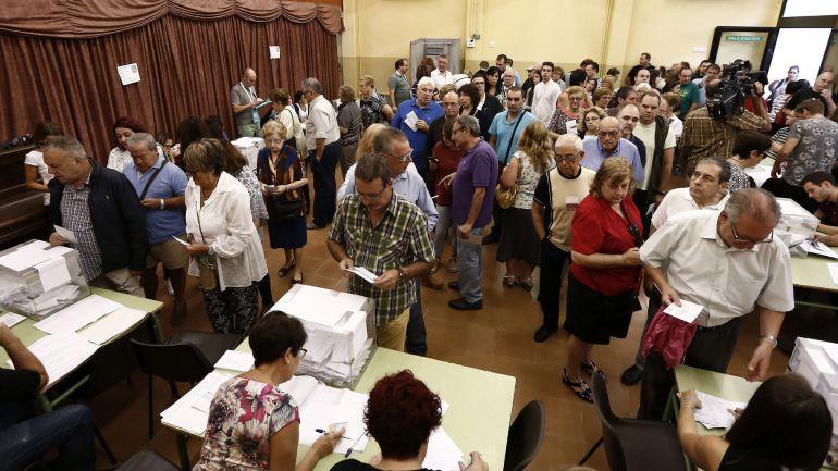 Un colegio electoral de Barcelona durante las elecciones al Parlamento catalán del 27S en 2015