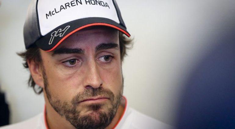 Fernando Alonso, durante un momento en el box de McLaren-Honda