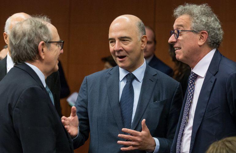 El ministro italiano de Economía, Pietro Carlo Padoan; el comisario europeo de Asuntos Económicos, Pierre Moscovici; y el homólogo luxemburgués, Pierre Gramegna