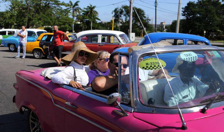 Turistas viajan en un auto descapotable en La Habana (Cuba).