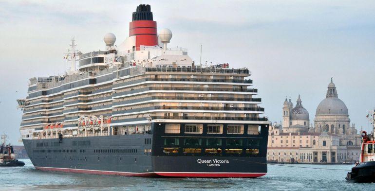 Fotografía del 21 de septiembre de 2013 del crucero 'Queen Victoria' mientras pasa junto a la plaza de San Marcos en Venecia, Italia.