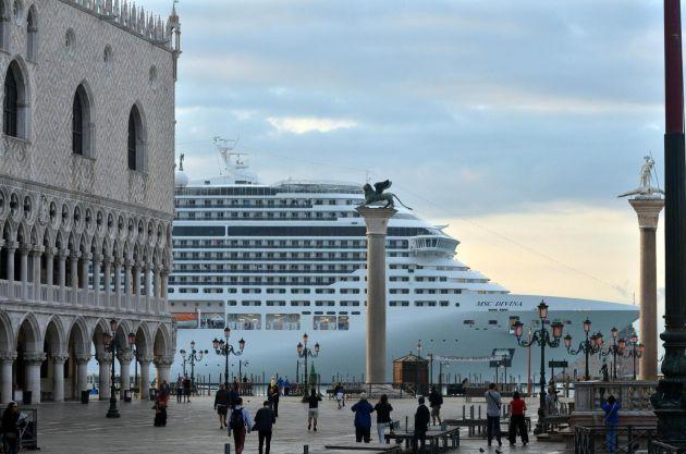 El crucero 'MSC Divina' mientras pasa junto a la plaza de San Marcos en Venecia.