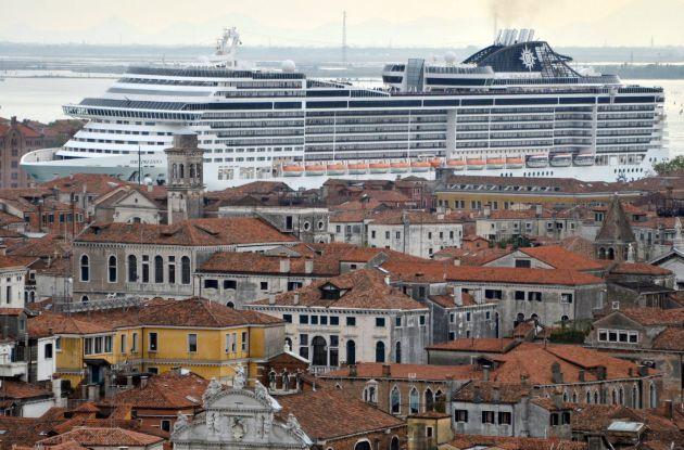 Fotografía del 5 de abril de 2014 del crucero 'MSC Preziosa' mientras navega por el Canale della Giudecca en Venecia.