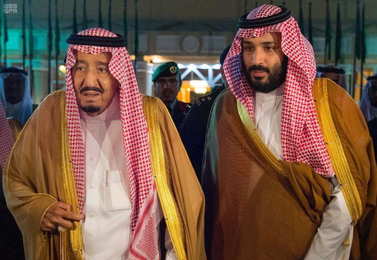 El Rey de Arabia Saudí, Salman bin Abdulaziz Al Saud camina juntoa su hijo el principe heredero Mohammed bin Salman, autor de las reformas contra la corrupcion que se están llevando a cabo en aquel pais