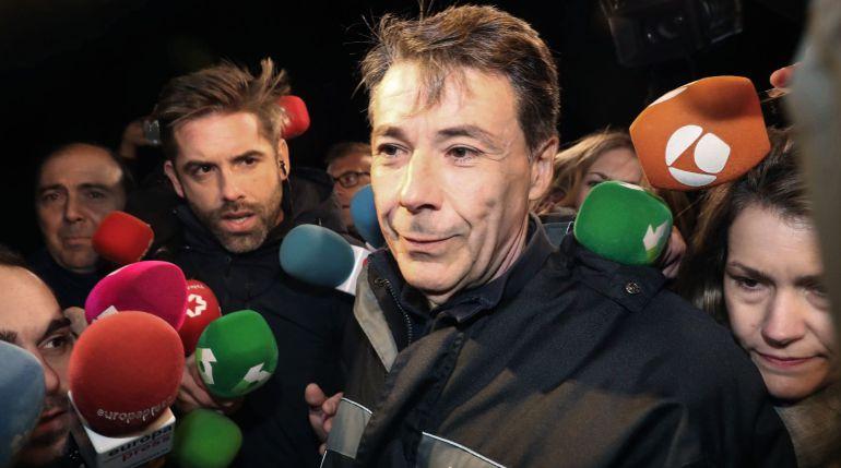 El expresidente de la Comunidad de Madrid Ignacio González, rodeado de periodistas, a su salida de la madrileña carcel de Soto del Real