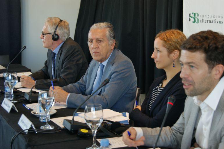 """Diego López Garrido (segundo por la izquierda) es el autor del documento """"La Europa de la defensa y la seguridad después del Brexit""""."""