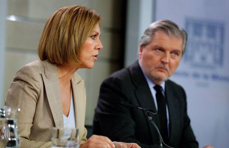 El ministro de Educación, Cultura y Deporte, y portavoz del Gobierno, Íñigo Méndez de Vigo, y la ministra de Defensa, María Dolores de Cospedal